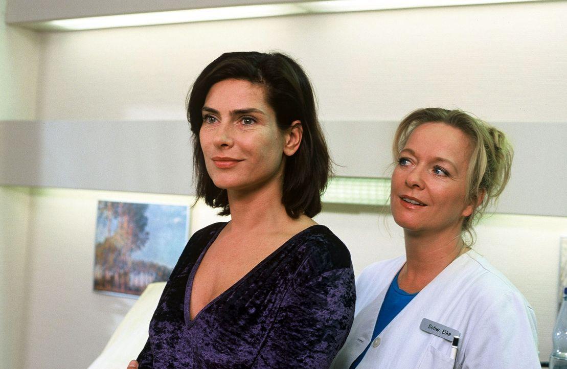 Katrin Tigges (Maren Schumacher, l.) ist niedergeschlagen - nach einer Abtreibung wird sie keine Kinder mehr bekommen können. Schwester Elke (Ulrike... - Bildquelle: Norbert Kuhroeber Sat.1