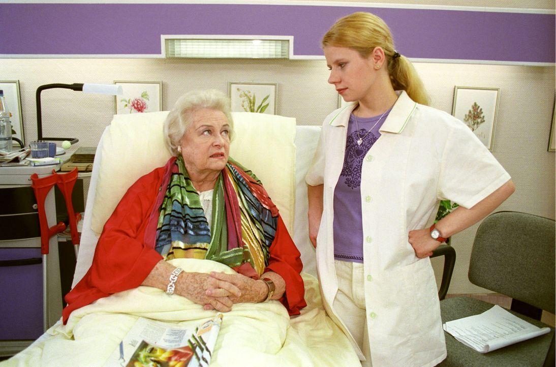 Fränzi (Jacqueline Svilarov, r.) hat ihre liebe Not mit der ehemaligen berühmten Schauspielerin Elise Dentis (Ilse Werner, l.). - Bildquelle: Noreen Flynn Sat.1