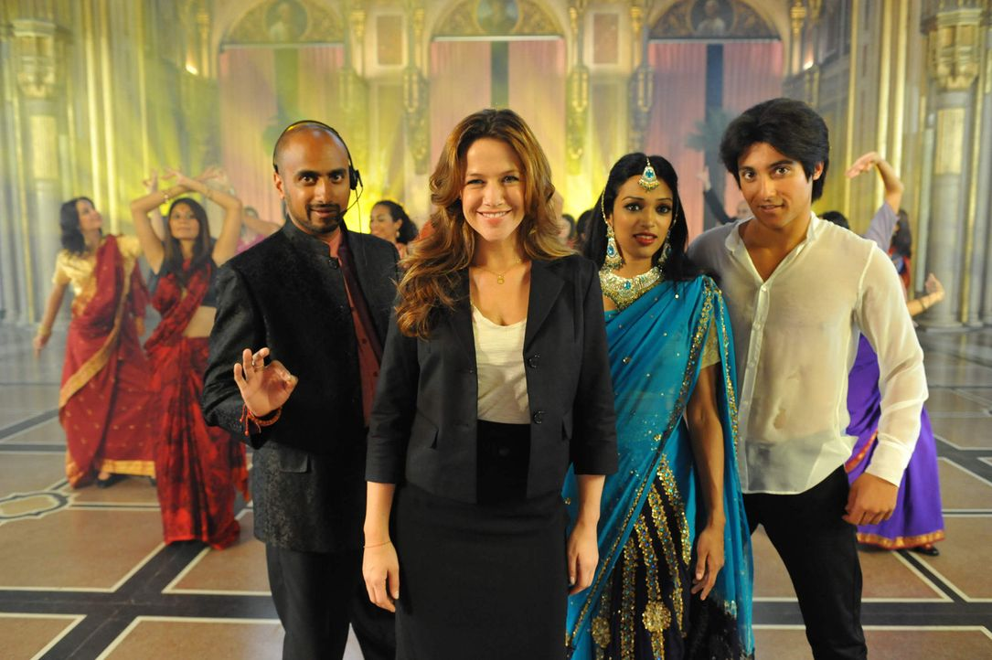 Bollywood lässt Alpen glühen: Harish Singh (Murali Perumal, l.), Franzi (Alexandra Neldel, 2.v.l.), Shirin (Shany Mathew, 2.v.r.) und Amit Singh (... - Bildquelle: SAT. 1