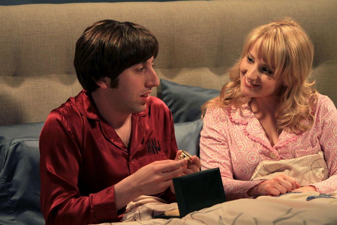Bernadette (Melissa Rauch, r.) erhält ihren Doktortitel, während Howard (Simon Helberg, l.) damit aufgezogen wird, dass er keinen besitzt ... - Bildquelle: Warner Bros. Television