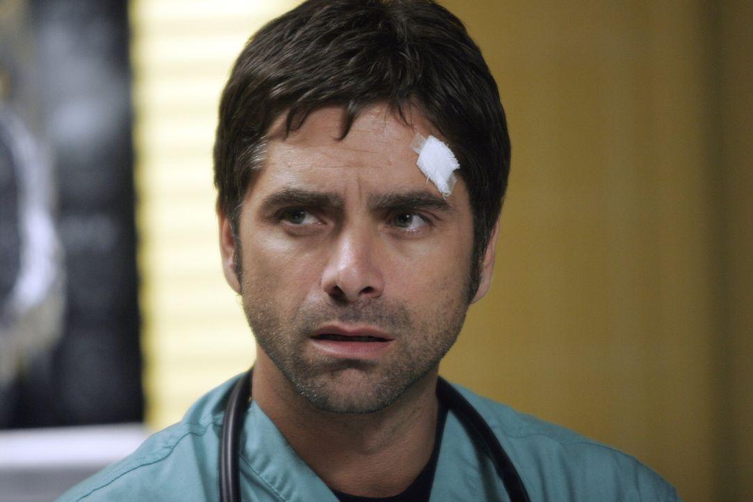 Gates (John Stamos) ist hoch motiviert und zeigt ein unglaubliches Tempo bei der Behandlung seiner Patienten. Jedoch ist er dabei nicht immer besond... - Bildquelle: Warner Bros. Television
