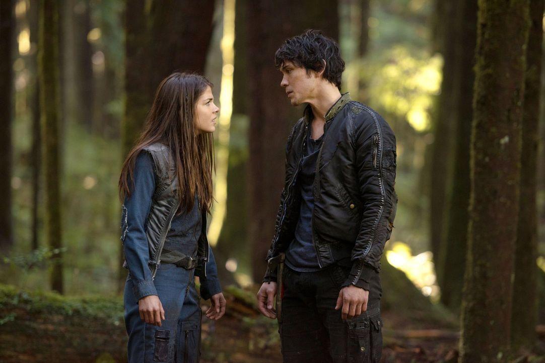 Octavia (Marie Avgeropoulos, l.) macht Bellamy (Bob Morley, r.) klar, dass sie nie um seinen Schutz gebeten hat und auch mit seinen Taten nichts zu... - Bildquelle: Warner Brothers