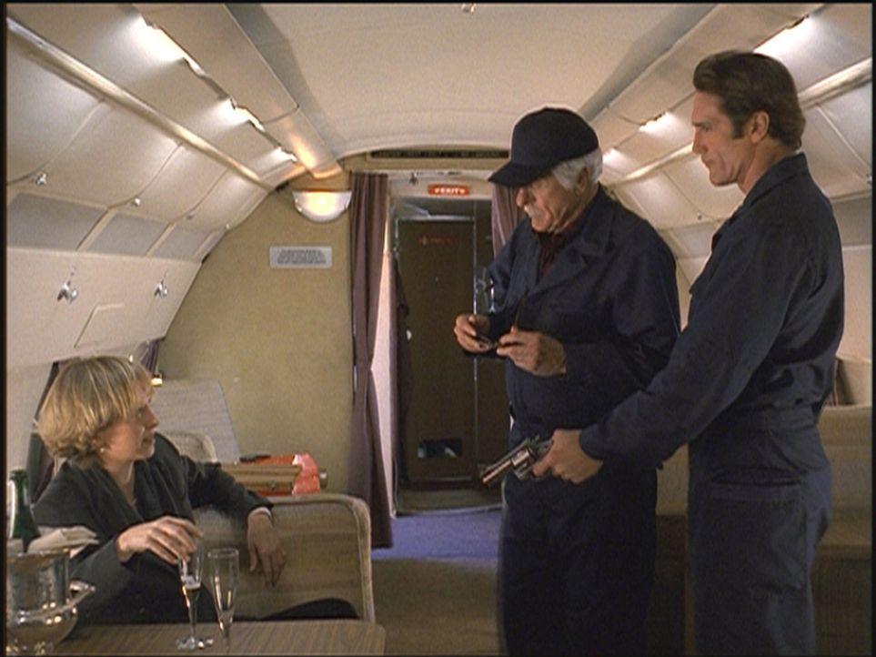 Steve (Barry Van Dyke, r.) und Mark (Dick Van Dyke, M.) verhaften die Privatdetektivin Lou Tyler (Kim Greist, l.), die sich nach Buenos Aires absetz... - Bildquelle: Viacom