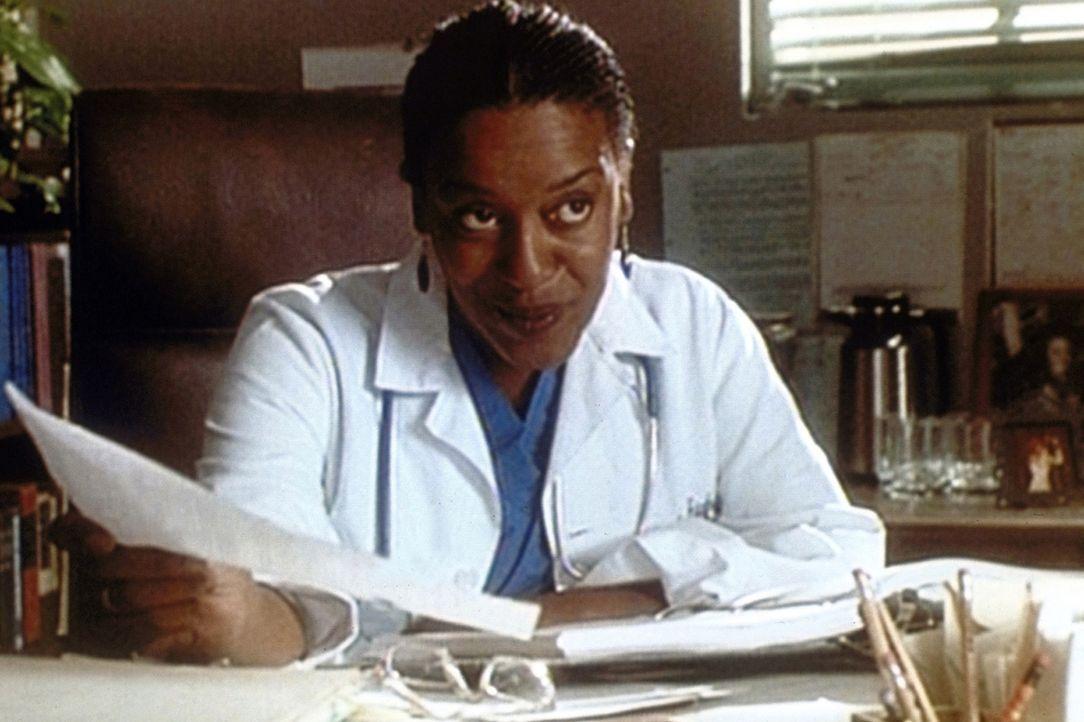 Dr. Hicks (C. C. H. Pounder) lässt Gnade vor Recht ergehen und gestattet Carter, seine Beurteilung noch einmal zu überarbeiten. - Bildquelle: TM+  WARNER BROS.