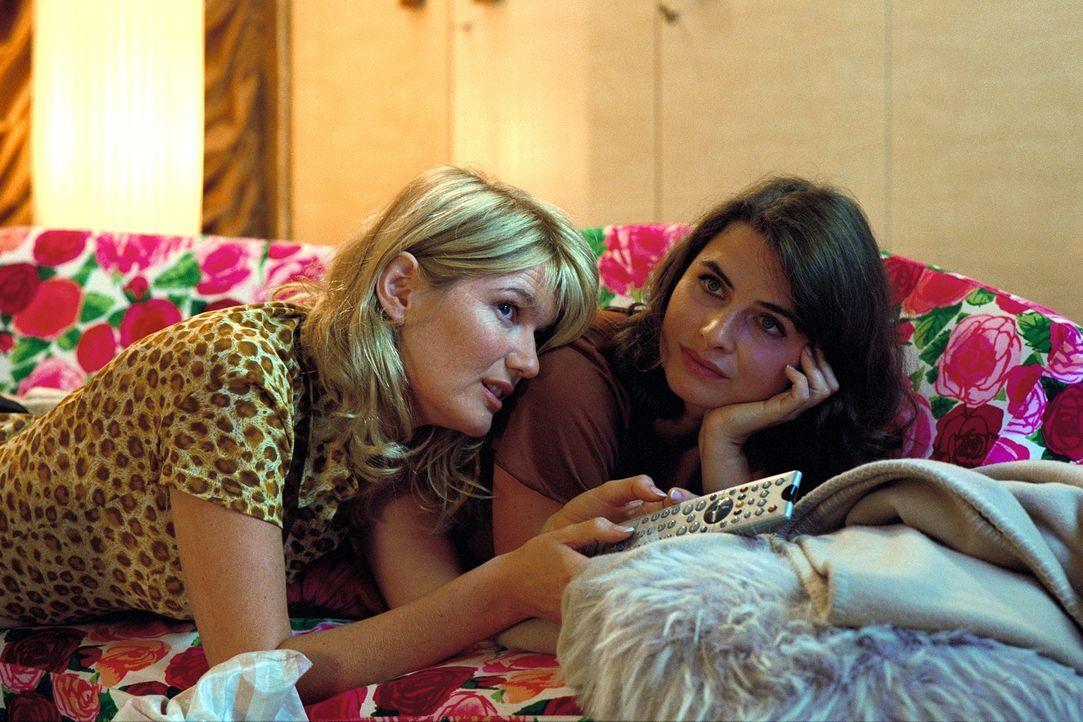 Die wochenlange Enthaltsamkeit Lilians (Anne Brendler, r.) lässt bei Jessica (Corinna Nilson, l.) die Befürchtung aufkommen, ihre Freundin kehre ins... - Bildquelle: Stefan Erhard ProSieben