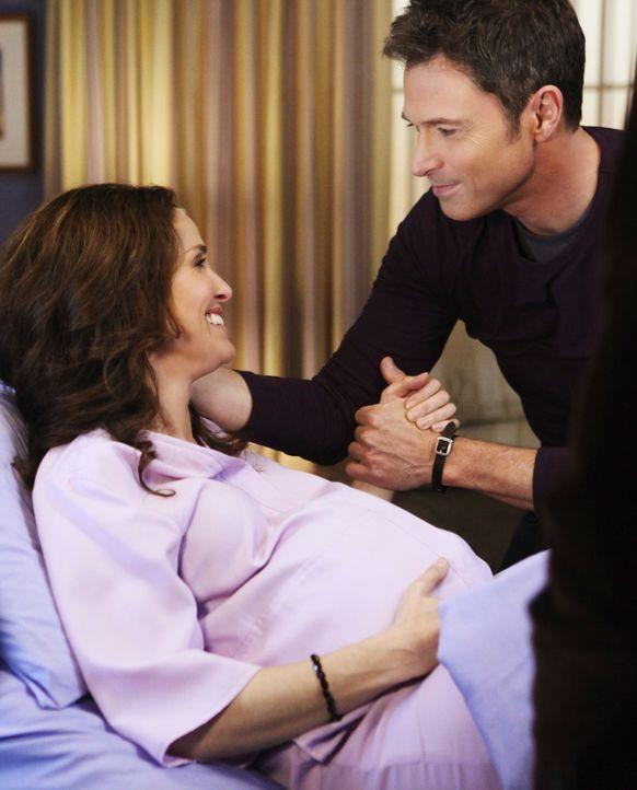 Violet (Amy Brenneman, l.) glaubt sie hätte Wehen, doch es war nur falscher Alarm. Angeregt  von Sheldon, keine Chancen zu vertun, fasst sich Pete (... - Bildquelle: ABC Studios