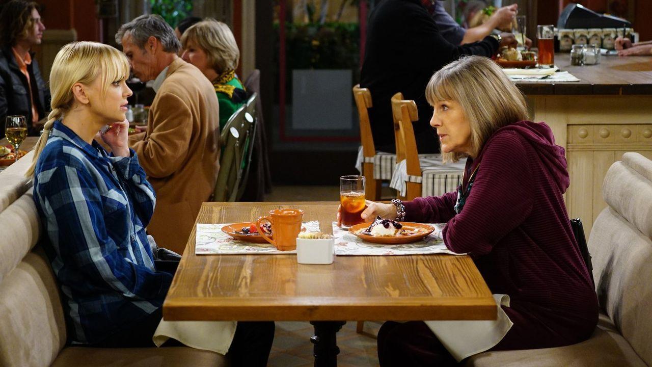 Christy (Anna Faris, l.) holt sich Rat bei Marjorie (Mimi Kennedy, r.), schließlich muss sie ein Abendessen für Violets anspruchsvolle Schwiegermutt... - Bildquelle: 2015 Warner Bros. Entertainment, Inc.