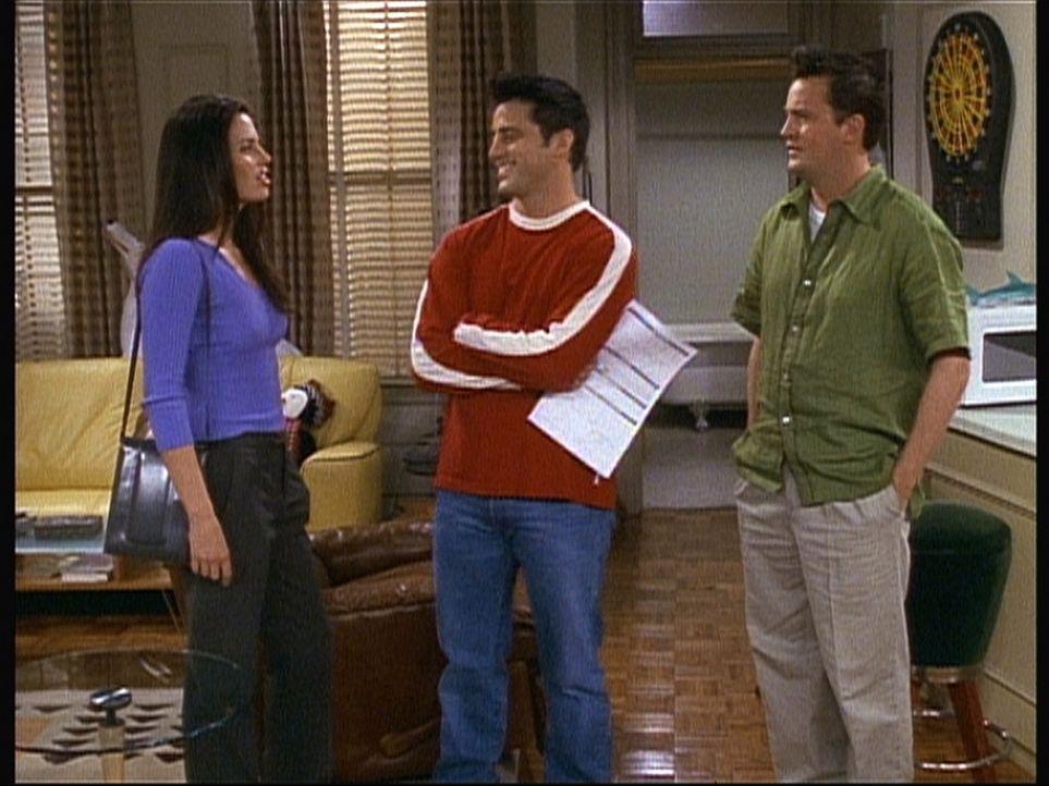 Joey (Matt LeBlanc, M.) sucht bereits eine Mitbewohnerin, als Chandler (Matthew Perry, r.) ihm mitteilen will, dass er wahrscheinlich gar nicht mehr... - Bildquelle: TM+  2000 WARNER BROS.