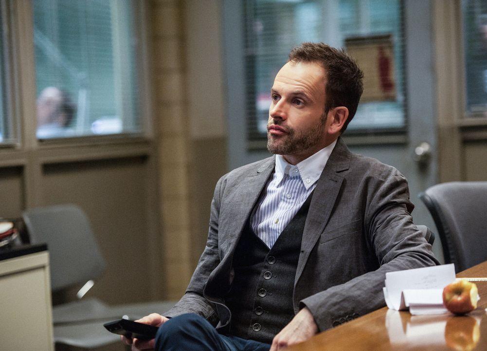 Wird von seinem Vater gebeten, bei der Aufklärung eines Mordfalles behilflich zu sein: Sherlock Holmes (Jonny Lee Miller) ... - Bildquelle: CBS Television