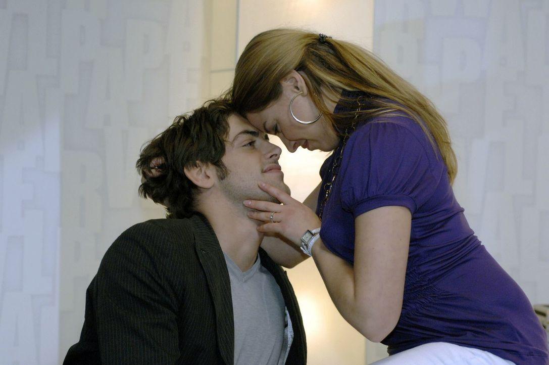 Katja (Karolina Lodyga, r.) versucht, Jonas (Roy Peter Link, l.) wieder um den Finger zu wickeln. - Bildquelle: Oliver Ziebe Sat.1
