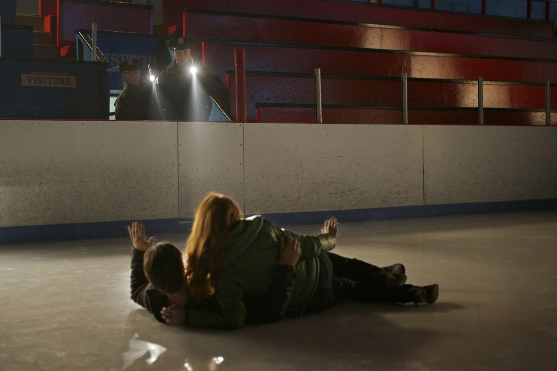 Als Vincent (Jay Ryan, vorne l.) sich mit seiner ehemaligen Verlobten Alex (Bridget Regan, vorne r.) trifft und die beiden in eine Eislaufhalle einb... - Bildquelle: 2012 The CW Network. All Rights Reserved.