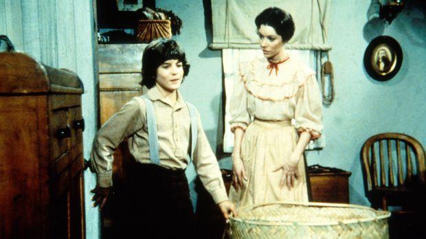 Miss Elliott (Ellen Regan, r.) bereitet Albert (Matthew Laborteaux, l.) eine...