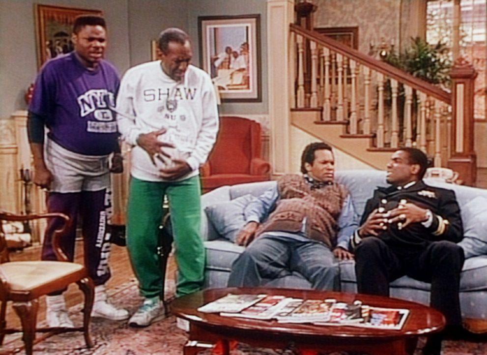 Cliff träumt, dass alle Männer in der Familie schwanger werden: (v.l.n.r.) Theo (Malcolm-Jamal Warner), Cliff (Bill Cosby), Elvin (Geoffrey Owens)... - Bildquelle: Viacom