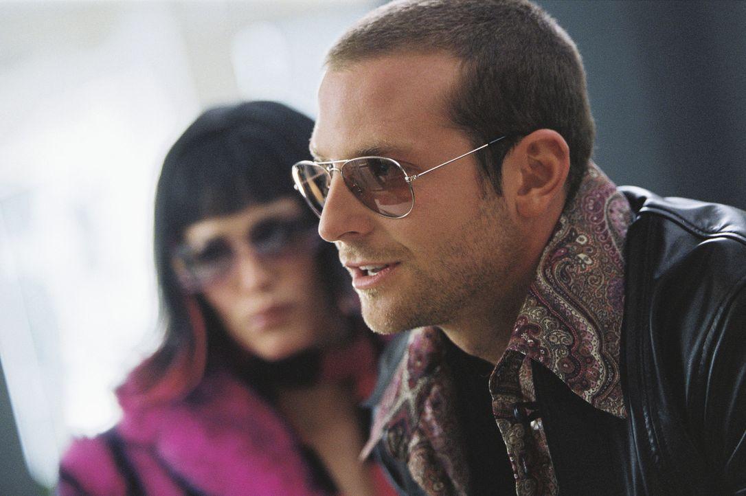 Als Rockstars verkleidet kommen Sydney (Jennifer Garner, l.) und Will (Bradley Cooper, r.) im Hotel an, in dem Sydney als Julia Thorne ein Schließf... - Bildquelle: Touchstone Television