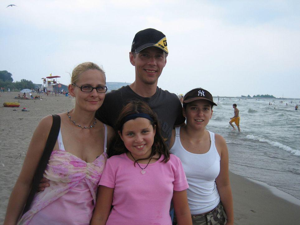 Einen Job als Elektroniker hat Heiko Haase (hinten r.) schon. Seine Ehefrau Antje (l.) und die Kinder Marie und Aurelia freuen sich auf ein neues Le... - Bildquelle: kabel eins