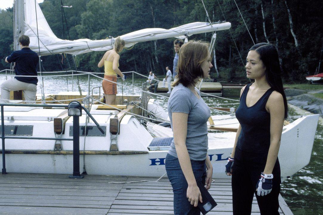 Johanna (Lavinia Wilson, l.) kann nicht glauben, dass Lucy (Kami Manns, r.) und ihre Freunde nach den mysteriösen Morden segeln gehen. - Bildquelle: Sat.1