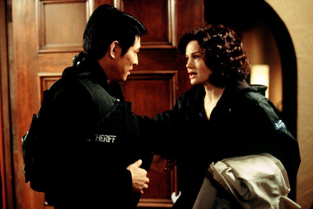 Gabriels (Jet Li, l.) Gespräch mit T. K. (Carla Gugino, r.) lässt ihn erkennen, dass sein größter Feind sein Alter Ego aus einem Parallelunivers... - Bildquelle: Senator Film