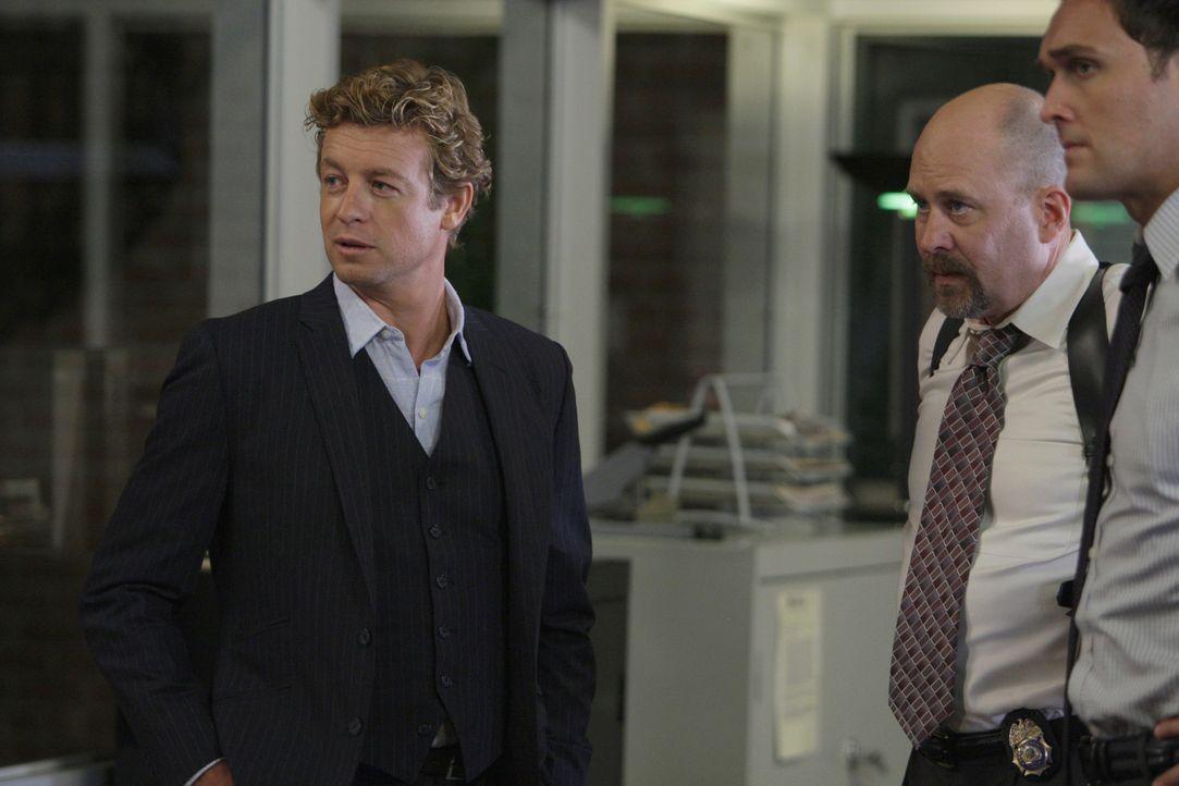 Ein anonymer Anrufer hat mitgeteilt, dass unweit des CBI-Geländes sich ein Mordopfer befinde. Patrick (Simon Baker, l.), Sam Bosco (Terry Kinney, M.... - Bildquelle: Warner Bros. Television