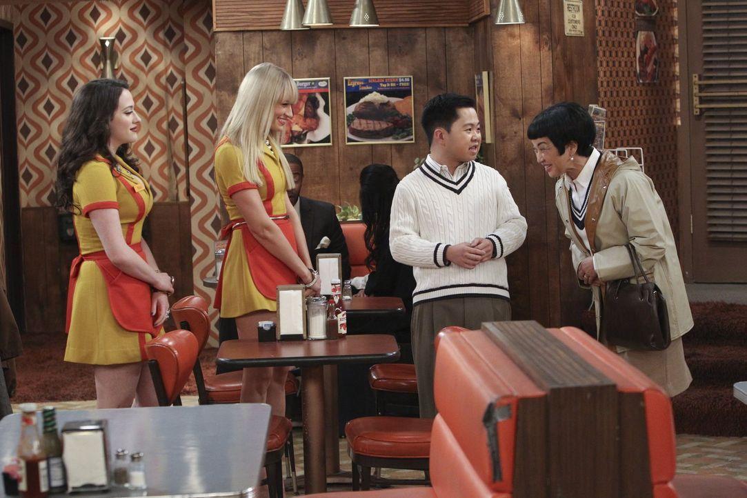 Für Lee (Matthew Moy, 2.v.r.) bedeutet der spontane Besuch seiner Mutter Su-Min (Karen Maruyama, r.) Stress pur. Max (Kat Dennings, l.) und Caroline... - Bildquelle: Warner Bros. Television