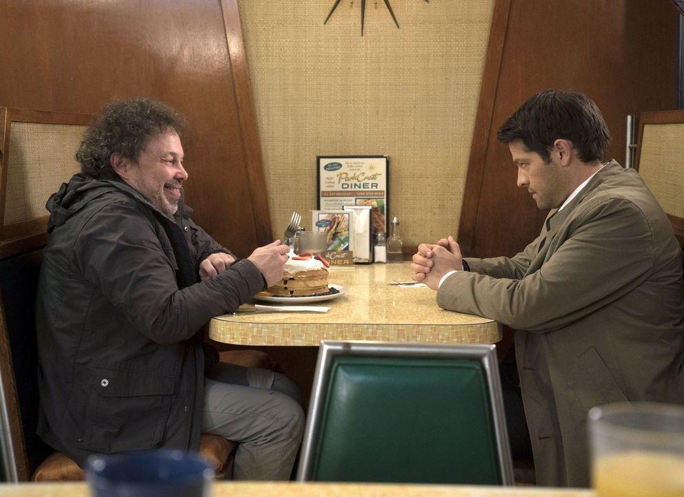 Während Metatron (Curtis Armstrong, l.) den Roadtrip mit Castiel (Misha Collins, r.) genießt, hofft dieser endlich seine Gnade wiederfinden zu könne... - Bildquelle: 2016 Warner Brothers