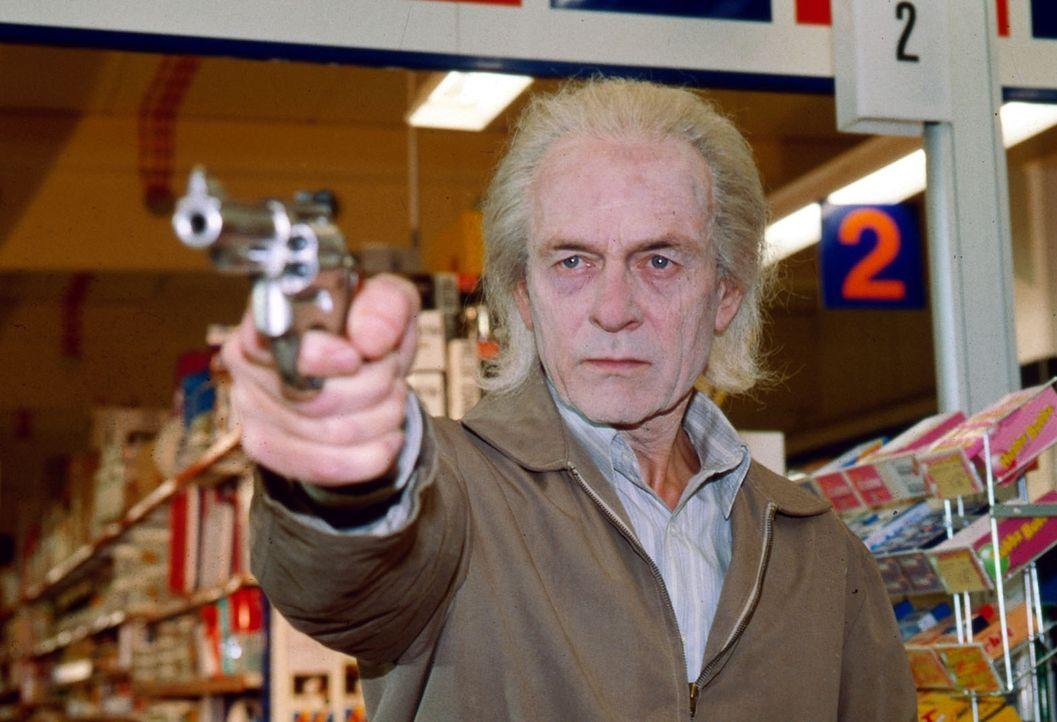 Immer wieder kommt es zu Überfällen auf Supermärkte und Banken. Der Täter (Joachim Bissmeier) ist ein alternder Verwandlungskünstler, der immer in einer anderen Maske auftritt und deshalb schwer zu fassen ist.