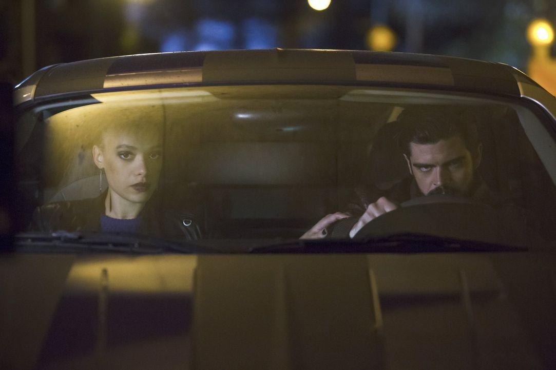 Dem Metawesen Shawna alias Peek-a-Boo (Britne Oldford, l.) gelingt es sogar, ihren Freund Clay (Micah Parker, r.) aus Iron Heights zu befreien ... - Bildquelle: Warner Brothers.