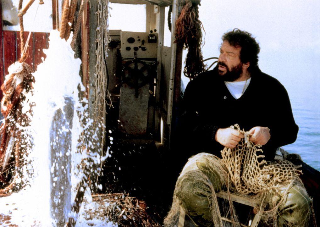 Der Ex-Footballstar Mücke (Bud Spencer) führt ein ruhiges, beschauliches Leben als Fischer in einem kleinen Dorf. Doch damit ist es vorbei, als si... - Bildquelle: Tobis Filmkunst