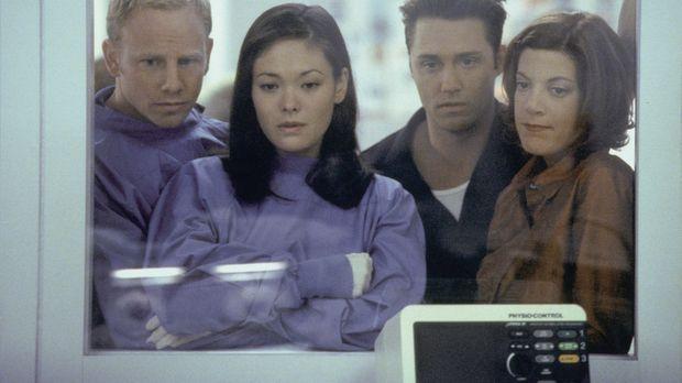 Janet (Lindsay Price, 2.v.l.) und Steve (Ian Ziering, l.) sehen das Ergebnis...