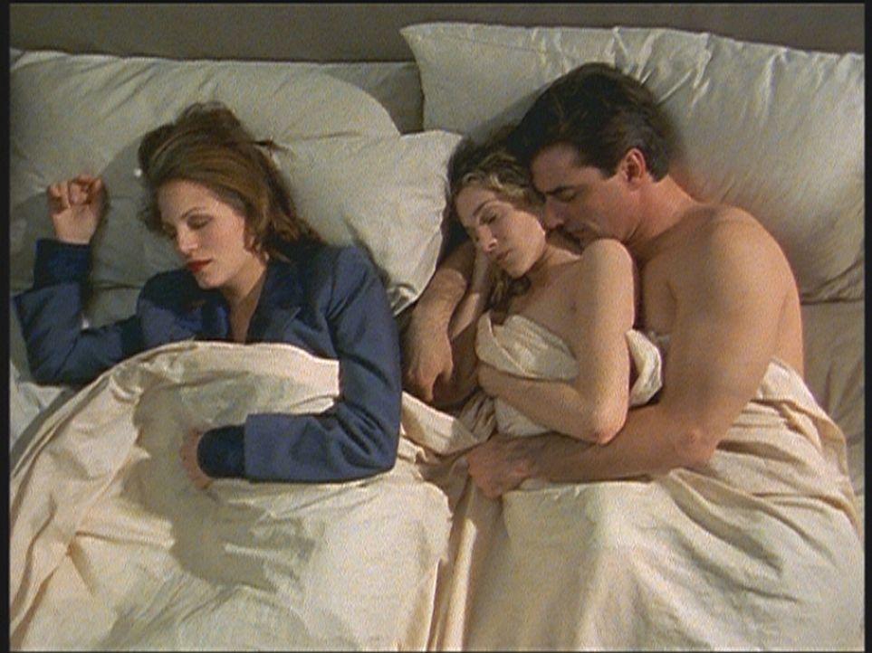 Mit der Vergangenheit im Bett: Carrie (Sarah Jessica Parker, M.) leidet darunter zu wissen, dass Mr. Big (Christopher Noth, r.) schon einmal verheir... - Bildquelle: Paramount Pictures