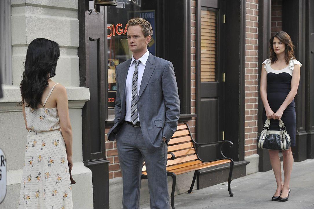 Barney (Neil Patrick Harris, M.) und Robin (Cobie Smulders, r.) mischen sich in Teds Beziehung ein und kommen sich dabei näher - bis zu dem Moment,... - Bildquelle: 20th Century Fox International Television