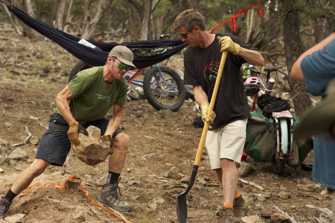 Die nächsten Nachbarn sind weit entfernt, trotzdem soll die neue Berghütte ausgerechnet in der Wildnis der Rocky Mountains gebaut werden: Darin (l.) und Steve (r.) ...