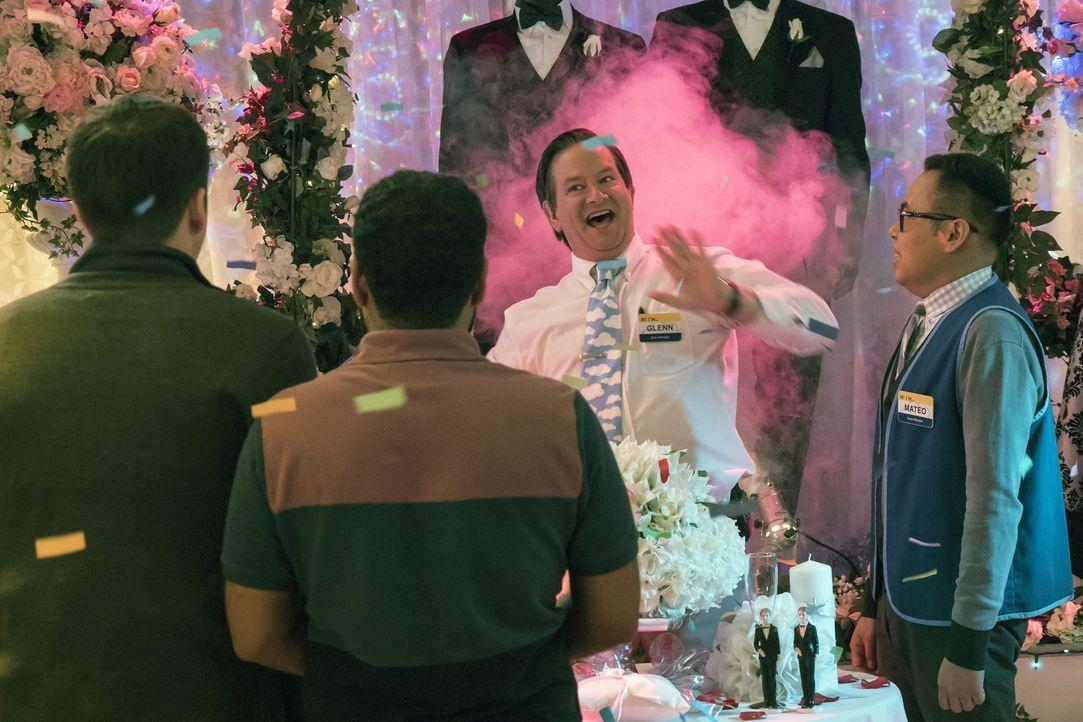 Glenn (Mark McKinney, 2.v.r.) und Mateo (Nico Santos, r.) veranstalten einen kleinen Budenzauber für das homosexuelle Kundenpärchen. Kommt das gut a... - Bildquelle: Brandon Hickman 2015 Universal Television LLC. ALL RIGHTS RESERVED.