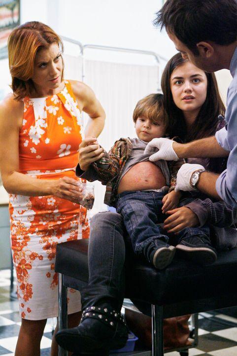 Während sich Addison (Kate Walsh, l.) und Cooper (Paul Adelstein, r.) um den Sohn einer Obdachlosen (Lucy Hale, 2.v.r.) kümmern, kommt Violet mit ih... - Bildquelle: ABC Studios