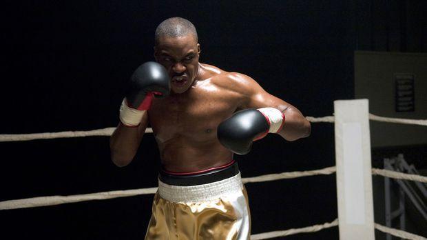 Der Schwergewichtsweltmeister Wayne Barclay (Razaaq Adoti) wird von einem kri...