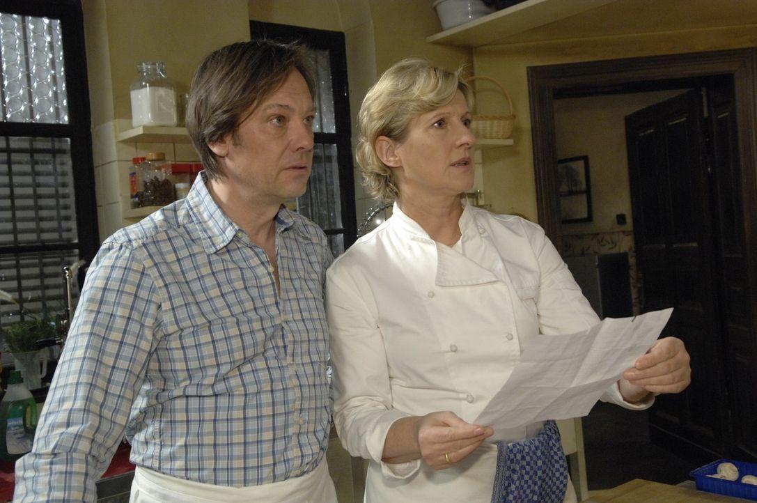 Schockiert erfahren Armin (Rainer Will, l.) und Susanne (Heike Jonca, r.), dass Anna Drogen nimmt. - Bildquelle: Claudius Pflug Sat.1