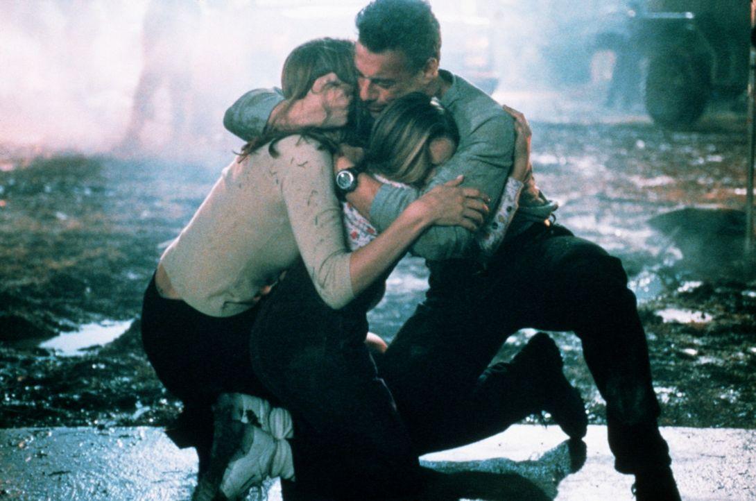 Luc (Jean-Claude Van Damme, r.) und die zwei wichtigsten Frauen in seinem Leben: seine Tochter Hillary (Karis Bryant, M.) und Erin (Heidi Schanz, l.... - Bildquelle: Columbia TriStar Film GmbH
