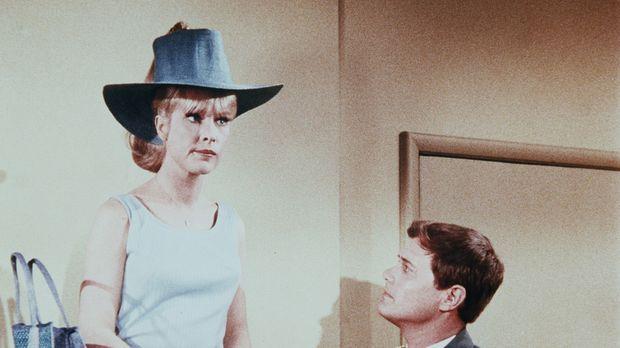 Jeannie (Barbara Eden, l.) ist enttäuscht, weil das geplante Picknick mit Ton...