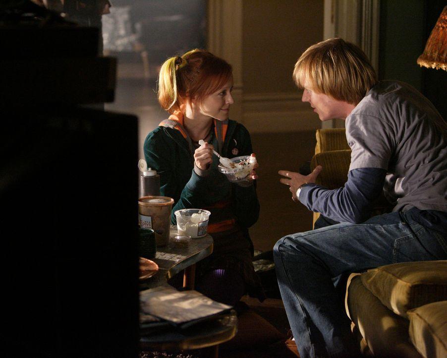 Pizza Girl (Lindy Booth, l.) bringt Phil (Jay Paulson, r.) die Vorzüge des Eiscreme-Sonntags bei ... - Bildquelle: ABC Studios