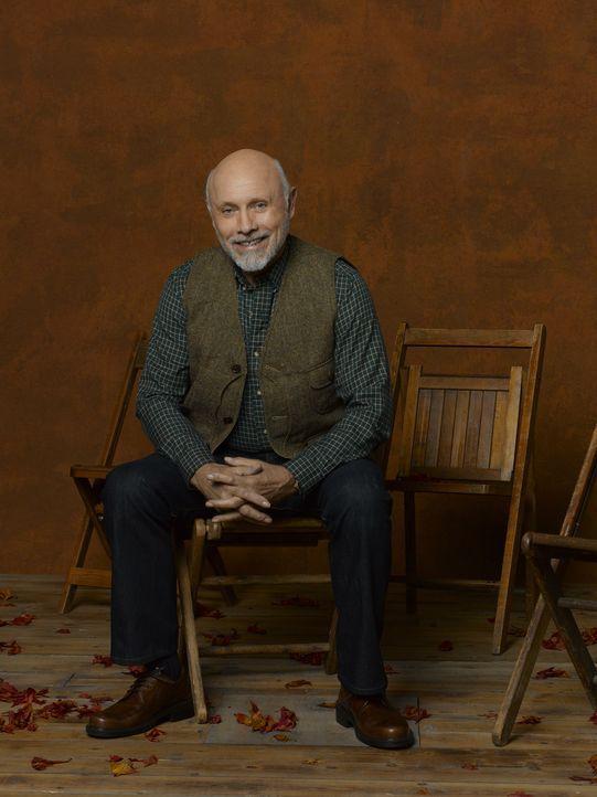 """(3. Staffel) - Ed (Hector Elizondo) ist der Besitzer von """"Outdoor Man"""" und Mikes Boss. Außerdem hat er ein Buch geschrieben, das besagt, wie man das... - Bildquelle: 2011 Twentieth Century Fox Film Corporation"""