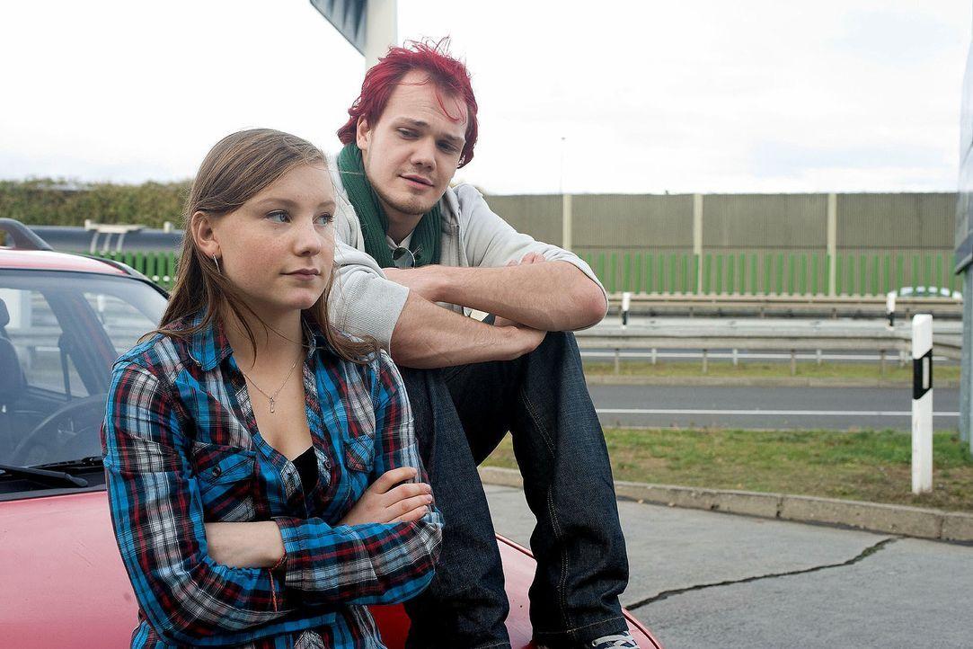 Lina (Isabel Bongard, l.) und Rafi (Matti Krause, r.) ahnen nicht, dass sie von Linas Eltern verfolgt werden ... - Bildquelle: Gordon Mühle Sat.1