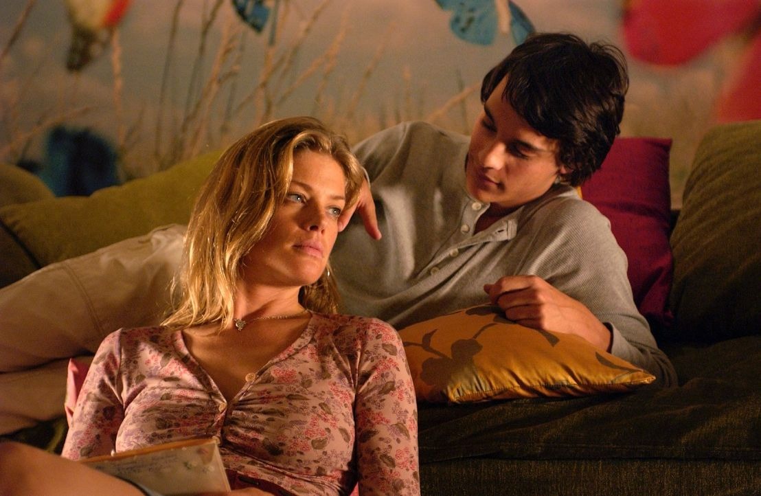 Rosemarie (Marie Bäumer, l.) bringt Joe (Kostja Ullmann, r.) das Lieben bei. - Bildquelle: Rainer Bajo Sat.1