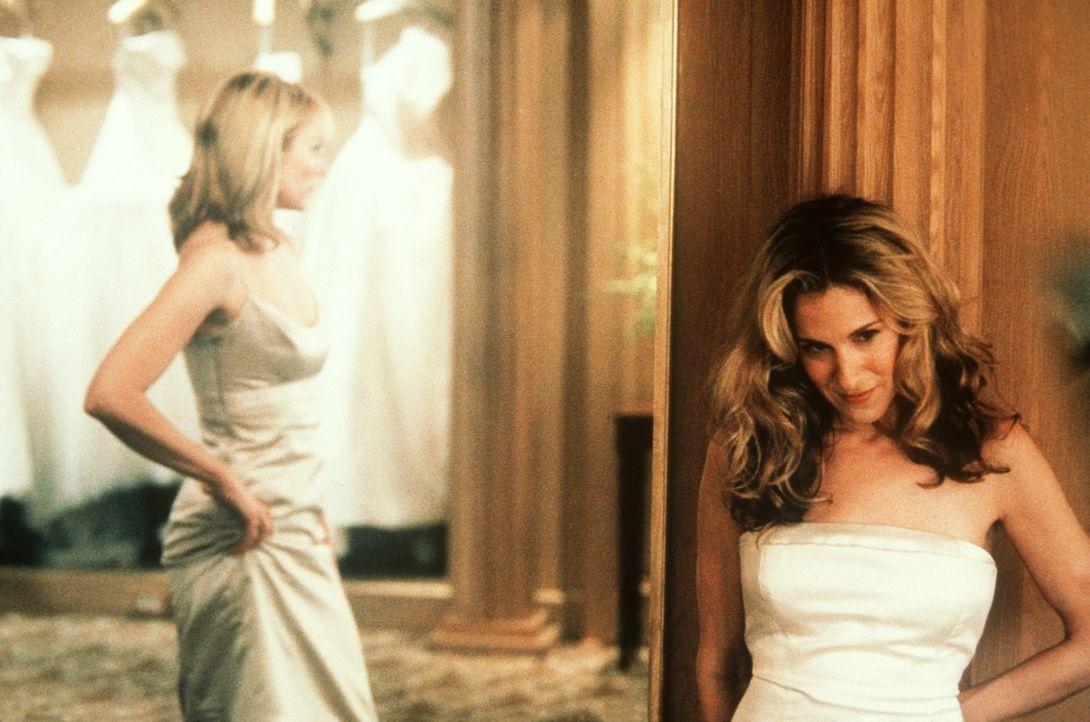 Während Sam (Kim Cattrall, l.) ihr Brautjungfernkleid bestaunt, erfährt Carrie (Sarah Jessica Parker, r.) interessante Neuigkeiten von Charlotte. - Bildquelle: Paramount Pictures
