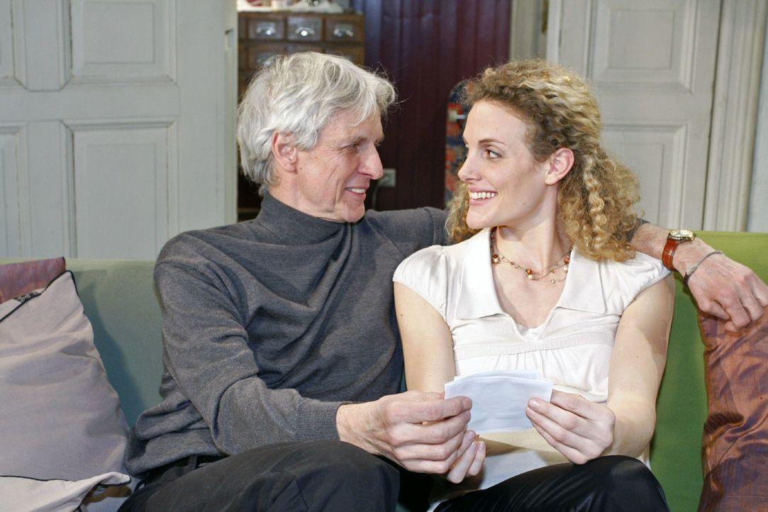 Robert (Mathieu Carrière, l.) überrascht die überglückliche Maja (Barbara Lanz, r.). - Bildquelle: Noreen Flynn Sat.1