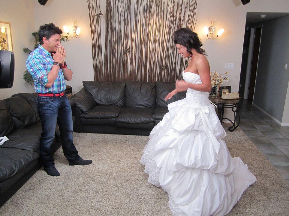 (4. Staffel) - Wenn selbst Wedding-Planner David Tutera (l.) sprachlos ist, dann weiß die Braut, dass sie das perfekte Kleid gefunden hat ... - Bildquelle: 2012 PilgrimStudios