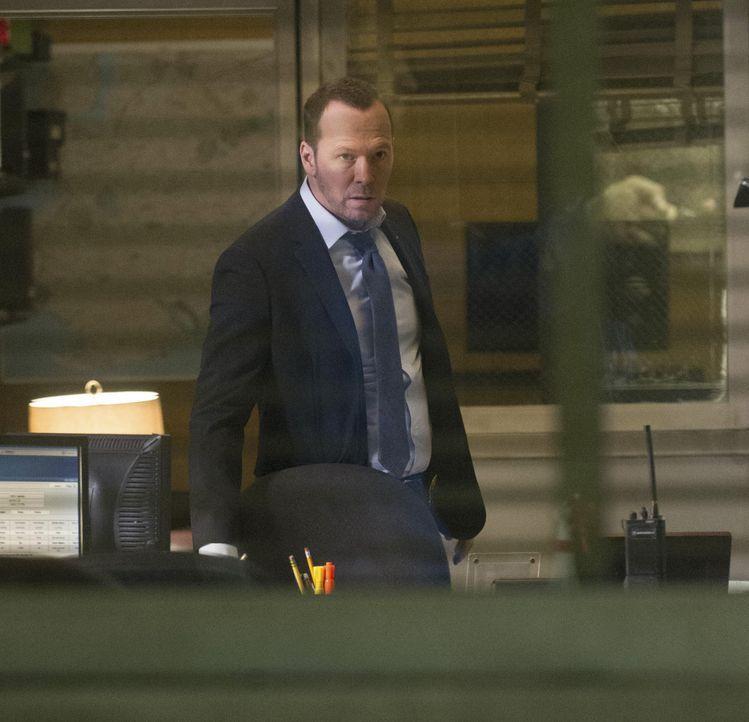 Detective Reagan (Donnie Wahlberg) beobachtet, wie seine Partnerin im Verhörraum mit einer Waffe bedroht wird. Kann er eingreifen bevor Baez verletz... - Bildquelle: Jeff Neira 2014 CBS Broadcasting Inc. All Rights Reserved.
