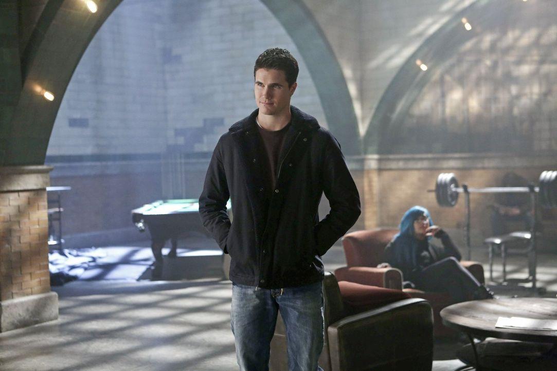 Stephen (Robbie Amell) muss, zum Wohl seiner besten Freundin, einem gefährlichen Deal zustimmen ... - Bildquelle: Warner Bros. Entertainment, Inc