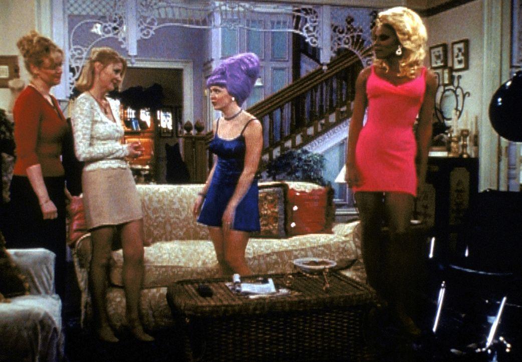 Um ihre Tante Hilda (Caroline Rhea, l.) und ihre Tante Zelda (Beth Broderick, 2.v.l.) wieder zusammenzuführen, versucht Sabrina (Melissa Joan Hart,... - Bildquelle: Paramount Pictures