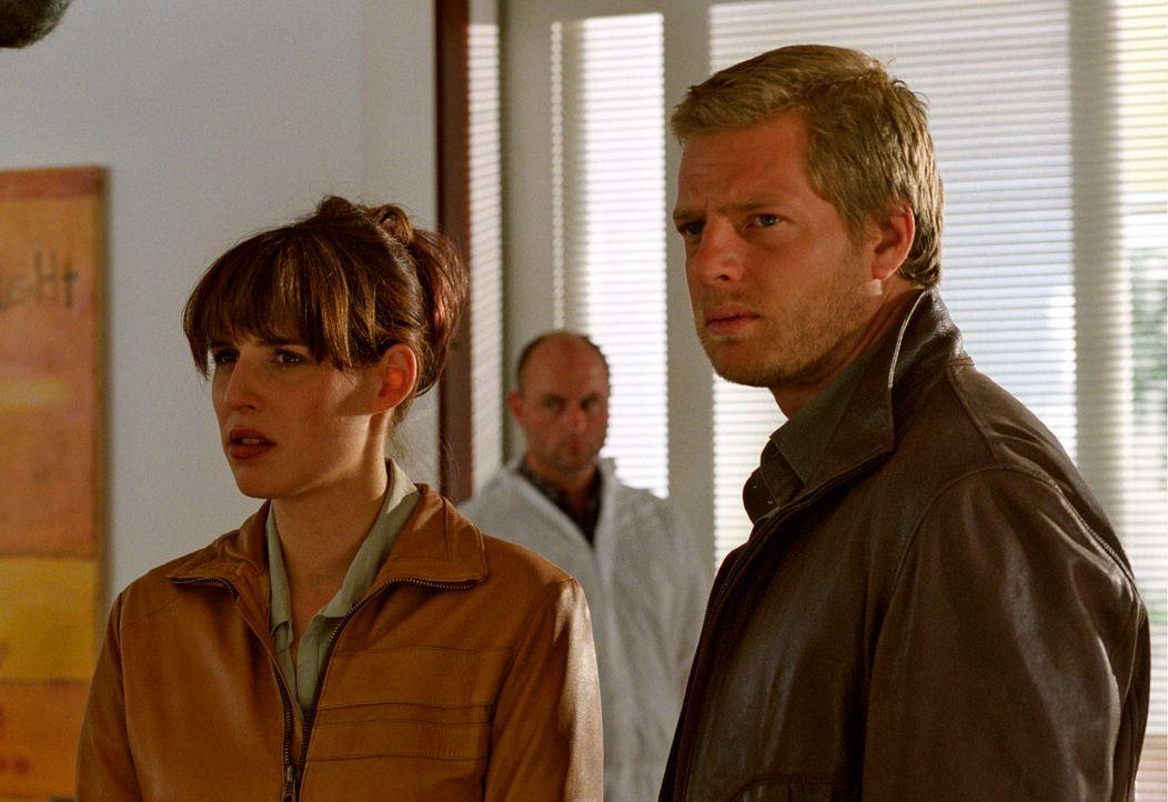 Leo (Henning Baum, r.) und Nina (Elena Uhlig, l.) müssen verwundert feststellen, dass Oberstaatsanwalt Ruger sich in Widersprüche verwickelt ... - Bildquelle: Christian A. Rieger Sat.1