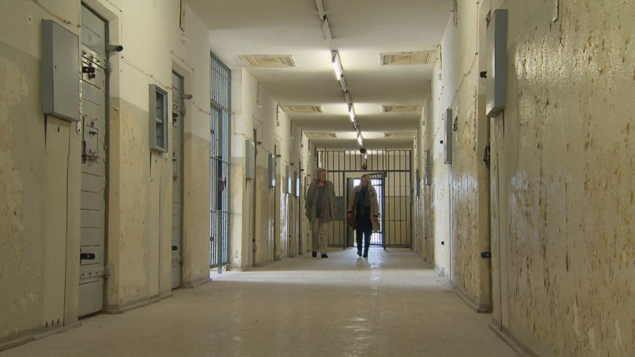 Julia (r.) begibt sich auf eine spannende Suche nach Eileens Mutter, die sie bis in das ehemalige DDR-Gefängnis der Staatsicherheit in Hohenschönhau... - Bildquelle: SAT.1