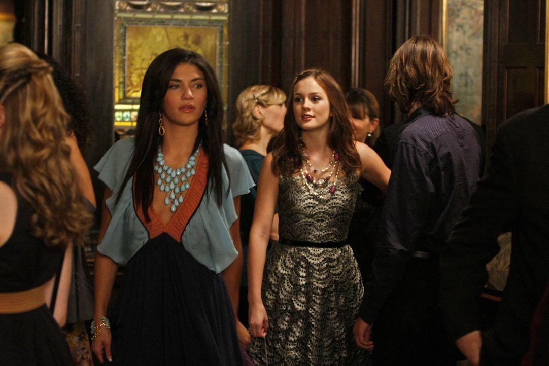 Sowohl Vanessa (Jessica Szohr, l.) als auch Blair (Leighton Meester, r.), will die Erstsemesterrede halten - doch wenn zwei sich streiten, freut sic... - Bildquelle: Warner Brothers